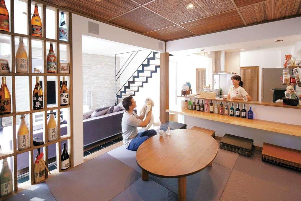 「カウンターと畳の部屋は絶対欲しかった」と奥さま。夫婦でお酒を愉しめる和の空間は、コンセプトがはっきりした店のよう。焼酎を飾る棚と柱は耐震補強も兼ねている