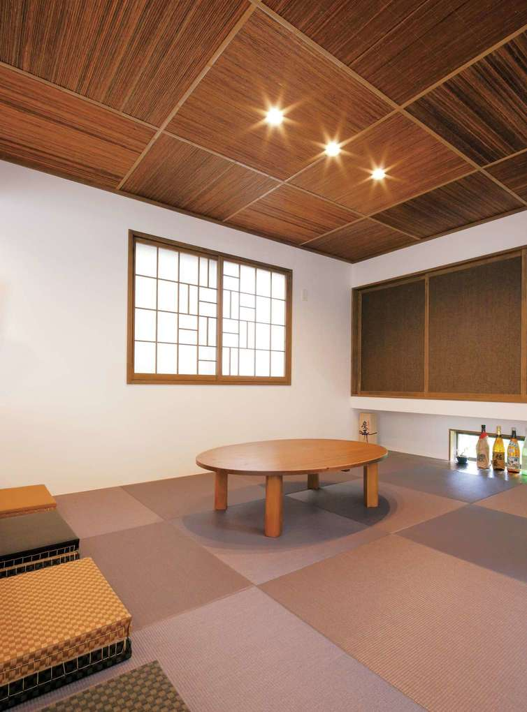 障子はN邸のために久保社長が描き下ろしたオリジナルデザイン。天井と畳を対にした、和でありながらモダンな空間