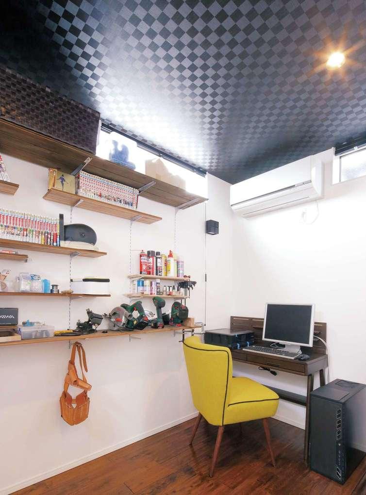 モノトーンでクールにまとめたご主人の書斎。可動式の棚に本や小物を並べることで空間を広く使える