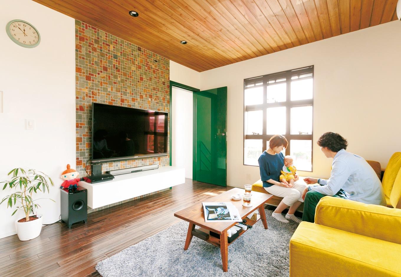 納得住宅工房【デザイン住宅、自然素材、ガレージ】天然木と自然素材に包まれた2階リビング。テレビステーションのモザイクタイルとモスグリーンのドアが空間のアクセントに
