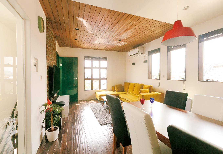 納得住宅工房【デザイン住宅、自然素材、ガレージ】無垢の床、漆喰の塗り壁、イタリア直輸入のリビングドア、TVボード、L 字型のソファ、ダイニングテーブルセットなど、標準仕様のグレードの高さも『納得住宅工房』ならでは