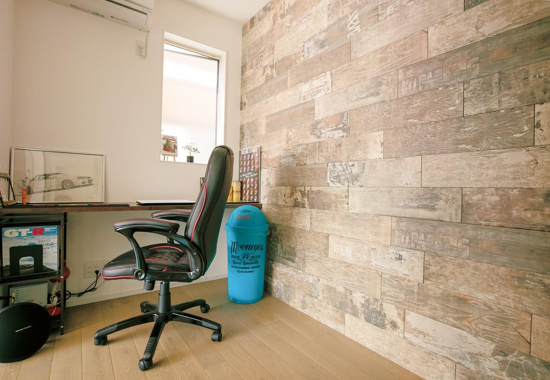 納得住宅工房【デザイン住宅、自然素材、ガレージ】ガレージに隣接した3畳の書斎。シャビーなデザインの壁はタイル。ここで趣味のピンストライプを楽しむのが至福の時間