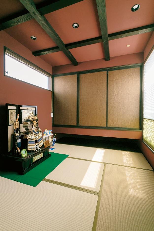 納得住宅工房【デザイン住宅、自然素材、ガレージ】梁を現しにしてあえて天井を高くした和室。小豆色の塗り壁は調湿・消臭効果に優れた100%自然素材の薩摩中霧島壁