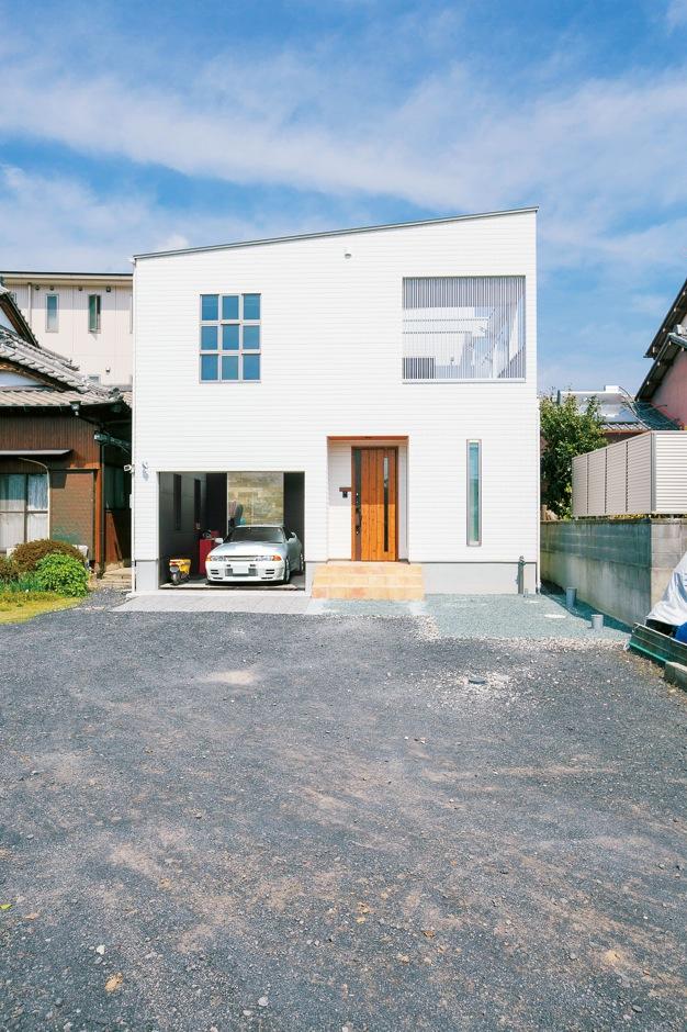 納得住宅工房【デザイン住宅、自然素材、ガレージ】青空を身近に感じる広いベランダは、目線を気にせずBBQも楽しめる