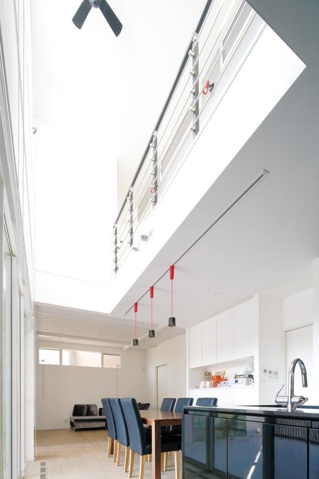 納得住宅工房【デザイン住宅、収納力、インテリア】モノトーンで統一された開放感あふれる吹抜けのLDK