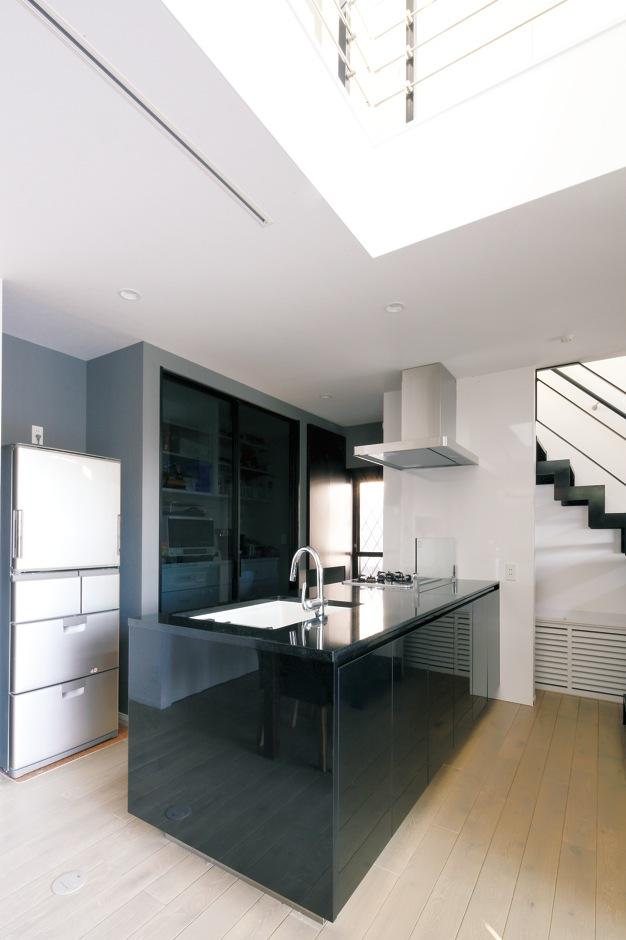 納得住宅工房【デザイン住宅、収納力、インテリア】宙に浮かぶようなデザインが美しい『納得』オリジナルキッチン