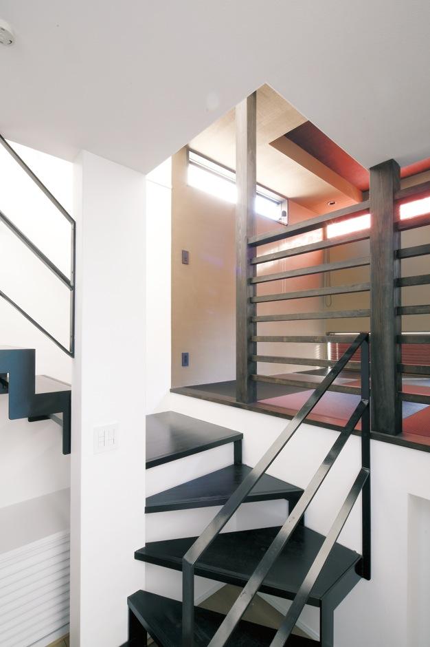 納得住宅工房【デザイン住宅、収納力、インテリア】キッチンと同じ目線の高さになるスキップフロアの畳コーナー。下部は蔵収納