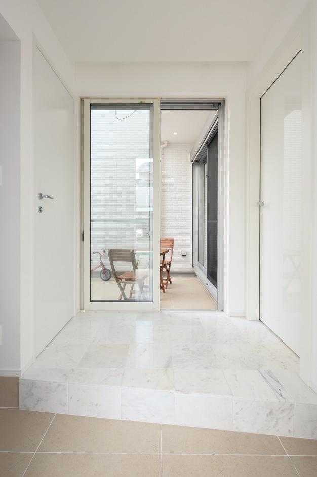 納得住宅工房【デザイン住宅、二世帯住宅、狭小住宅】玄関扉を開けると、中庭の景色へと視線が伸びる