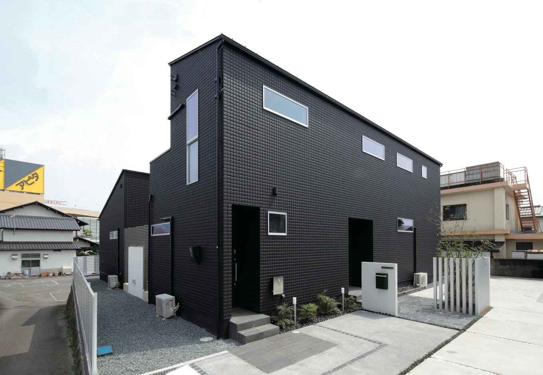 ブラックのALCパワーボードとエッジの効いたフォルムが独自の世界観を感じさせる外観。オフィスと住居のアプローチは別々に
