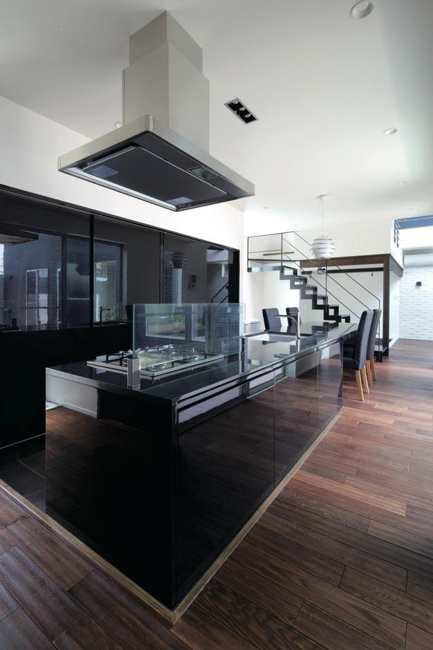 アイランドキッチンは『納得』オリジナルのREGALOIII。天板もダイニングテーブルも黒御影石でコーディネート。バックヤードも鏡面ドアで目隠し