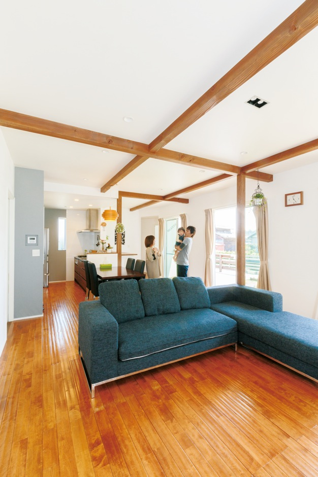 一般の住宅より30cmも高い現し天井で、庭とのつながり感を得られるLDKはより広く感じられる。微かな凹凸が気持ち良い無垢の床は『納得』オリジナル