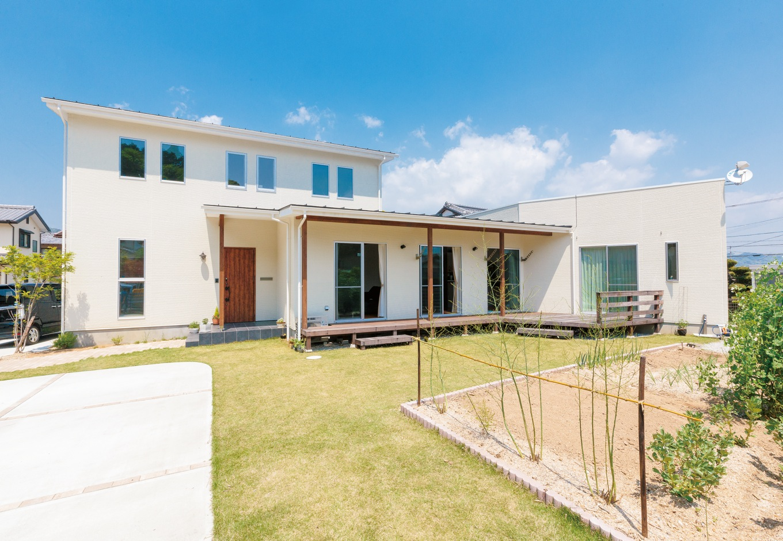 納得住宅工房【デザイン住宅、自然素材、インテリア】緑豊かな環境に溶け込むシンボリックな外観が、おおらかな邸宅感を印象づける。芝生と家庭菜園はご夫婦のハンドメイド