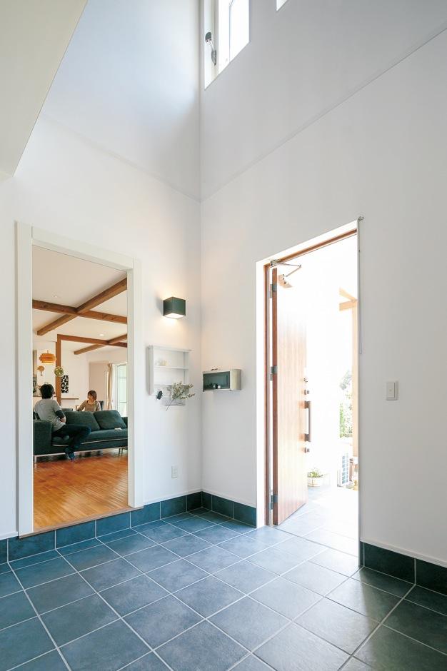 納得住宅工房【デザイン住宅、自然素材、インテリア】吹抜けの開放感に満ちた玄関ホール