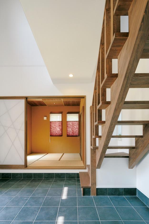 田舎のおばあちゃん家に帰ってきたような広い土間玄関。和室は「離れ」感覚で客人をもてなす。スケルトンの階段はMさんのために設計された完全オリジナル