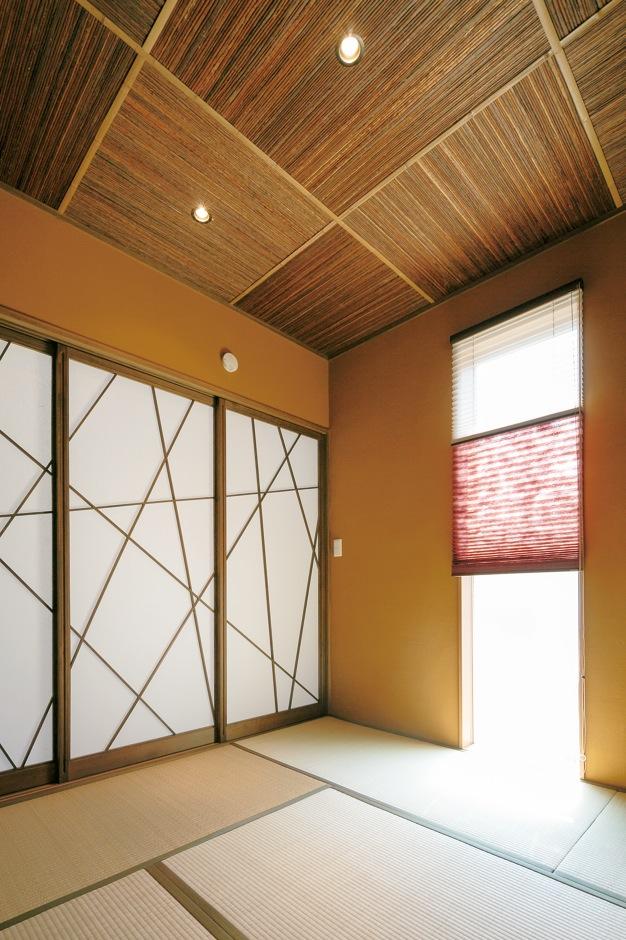 納得住宅工房【デザイン住宅、自然素材、インテリア】閉じると模様が繋がる『納得』オリジナルの障子。オリーブ色の塗り壁は調湿、消臭効果の高い薩摩中霧島壁