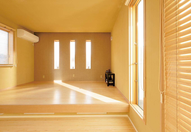 ベッドではなく布団派のご夫婦のためにしつらえた小上がりの主寝室。奥さまがここで三味線の稽古をしたり、ユーティリティに使える。床は竹を贅沢に使用。壁はさつま中霧島の手塗り壁。消臭・調湿効果もあり、快適な空間
