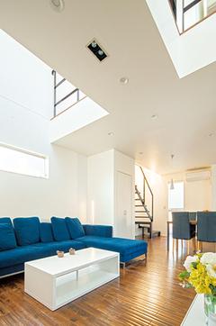 家も家具も本物は高くない! テラスで繋がるC字型の家