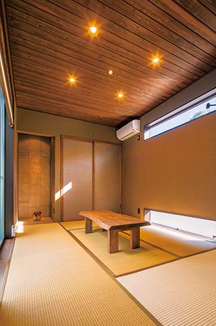 客間として使う和室。天井にシダー、床の間にタイルを張った。壁は調湿・消臭効果の高い薩摩中霧島壁