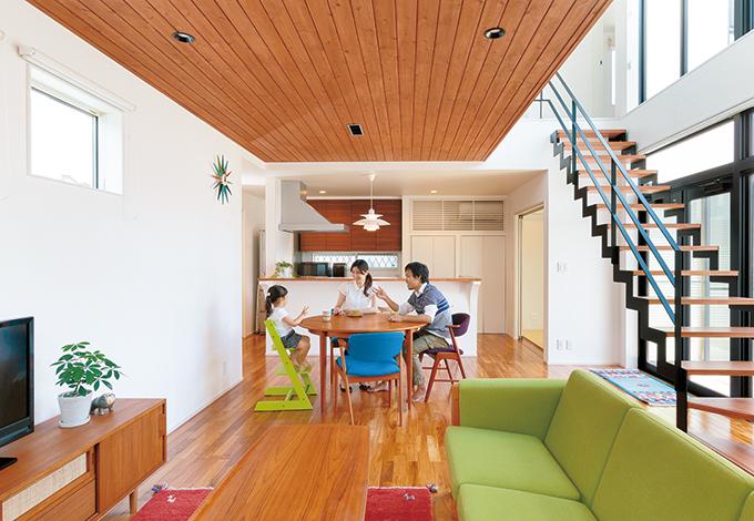 納得住宅工房【デザイン住宅、子育て、自然素材】2つの吹抜けがリゾートのような開放感をもたらす20畳のLDK。シンプル&モダンな空間に、北欧家具やイランの草木染手織りギャッベが映える