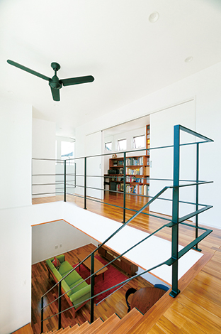 納得住宅工房【デザイン住宅、子育て、自然素材】回廊を思わせる2階ホール。スチールの黒い手摺もインテリアの一部に