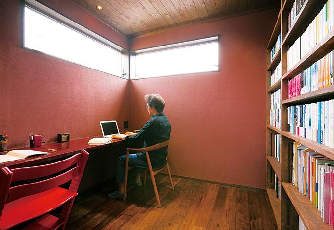 """納得住宅工房【趣味、自然素材、建築家】文筆を生業とするKさんにとって、書斎は""""戦いの場""""。カリン材の造作カウンターで愛娘も並んでお勉強。緊張感のあるスリット窓は久保デザインならでは。小豆色の塗り壁は、調湿効果の高い薩摩中霧島壁"""