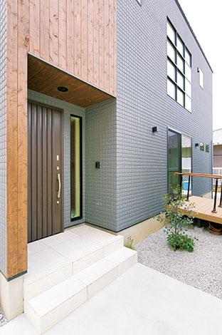 納得住宅工房【趣味、自然素材、建築家】耐久性、断熱性、遮音性に優れたグレーのALCに木のぬくもりがアクセントに。 格子窓は「文豪の住む家」をイメージ