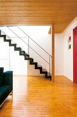 納得住宅工房【趣味、自然素材、建築家】天空から階段に光がこぼれ落ちるシーンはギャラリーのよう。白い漆喰壁にオブジェのような黒い鉄骨階段が映える