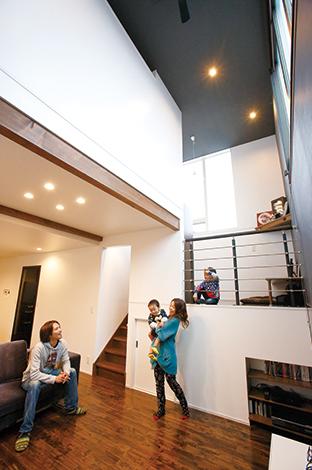 納得住宅工房【デザイン住宅、自然素材、スキップフロア】南と東の高窓からたっぷりと光が射し込むリビング。あえて天井まで黒のクロスを使い、空間にアクセントを。スキップフロアの下は大容量の蔵収納