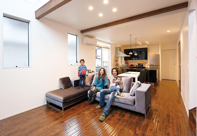 納得住宅工房【デザイン住宅、自然素材、スキップフロア】ダイニングの天井は2500mmでも、リビングを吹抜けにしたことで実際の面積よりも広く感じられる。現しのダークブラウンの梁が安らぎを感じさせる
