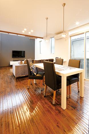 納得住宅工房【デザイン住宅、自然素材、スキップフロア】ダイニングテーブル&チェア、ソファ、AVボードまですべて納得オリジナルでコーディネート