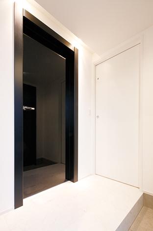 納得住宅工房【デザイン住宅、自然素材、スキップフロア】うっとりするほど美しいオリジナルドア「レーベル」。イタリアの工場で鏡面塗装を8回施した本物の輝きが暮らしを豊かに彩る