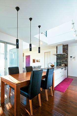 納得住宅工房【デザイン住宅、建築家、インテリア】デザインと機能を兼ね備えた納得オリジナルのキッチン。配膳しやすいようにテーブルは横並びに
