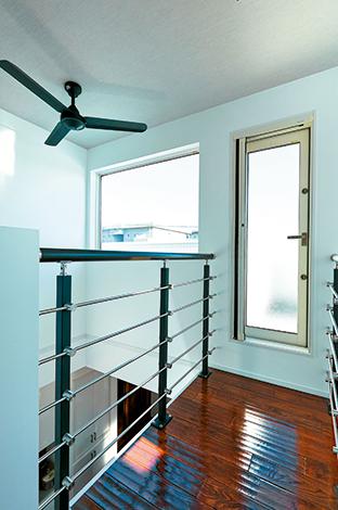 納得住宅工房【デザイン住宅、建築家、インテリア】2つの吹き抜けの間にある「吊り橋」を通ってバルコニーへ