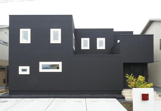 納得住宅工房【1000万円台、夫婦で暮らす、インテリア】シャープなフォルムと、基礎コンクリートまで塗り上げたカラーにより、ソリッドな印象をまとう。外壁の材質はALC。強さとともに耐火性や断熱性も魅力だ