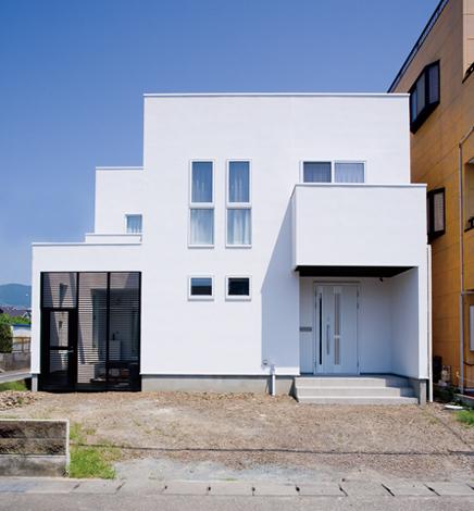 納得住宅工房【子育て、輸入住宅、自然素材】四角く白い外観はこだわりの一つ。通りからの視線も気にならない
