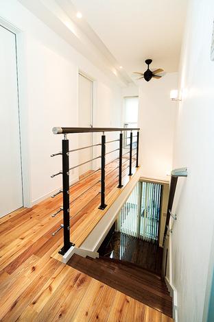 納得住宅工房【子育て、輸入住宅、自然素材】1階と2階で床材の色を変えた。2階は明るい雰囲気に