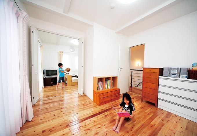納得住宅工房【子育て、輸入住宅、自然素材】二間続きの子ども部屋は、将来は扉を閉めてそれぞれの個室に