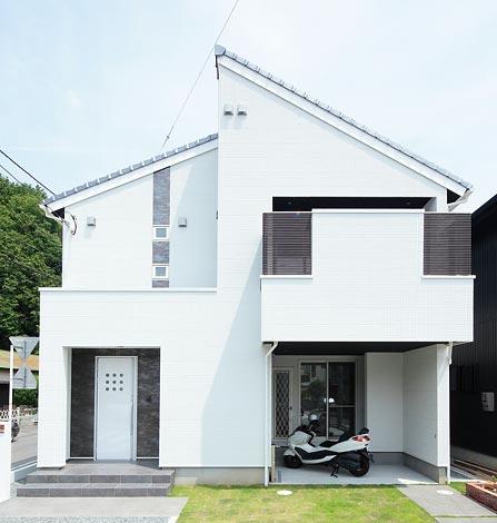 納得住宅工房【子育て、趣味、インテリア】シンプルな白い外壁は細かな模様が入り、納得オリジナルタイルでアクセントを入れバランス良く