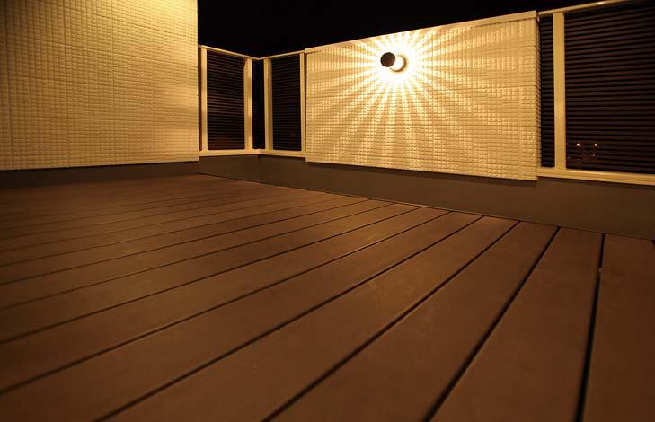 納得住宅工房【子育て、趣味、インテリア】ホームパーティーができる広いバルコニーはSさんと友人の共作。夜の照明で雰囲気が一変する
