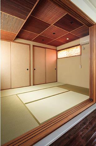 納得住宅工房【子育て、趣味、インテリア】家族そろって川の字に寝ているという和室。竹をあしらった天井のデザインが粋だ