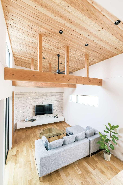 天井高は標準仕様で2m70cmの開放的な空間。吹抜けと勾配天井が抜群の開放感で、シダーを貼った天井と太い梁が落ち着きをもたらす