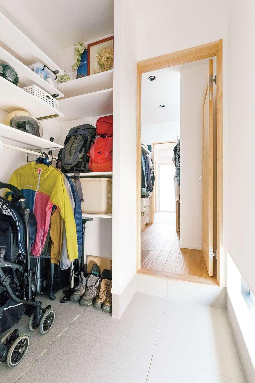 玄関から浴室まで一直線に続く動線。山登りから帰ってきたら、リビングを通らずに、ザックを玄関クロークに置き、ウォークインクローゼットで着替えて、洗面脱衣室、浴室へ行ける