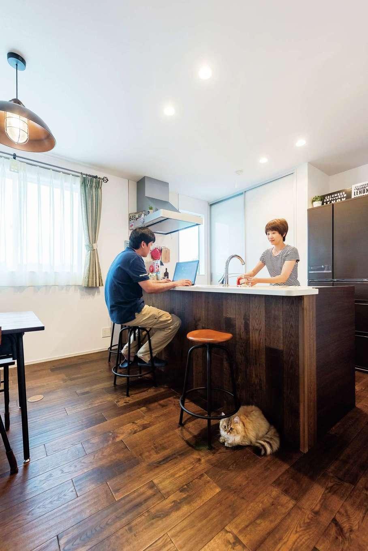 『納得』オリジナルの無垢の床「FREDDY」をキッチンのキャビネットにも使い、統一感を出した。奥行きのあるカウンターは忙しい朝食時に大活躍。夜は夫婦水いらずでお酒を楽しむバーカウンターにもなる