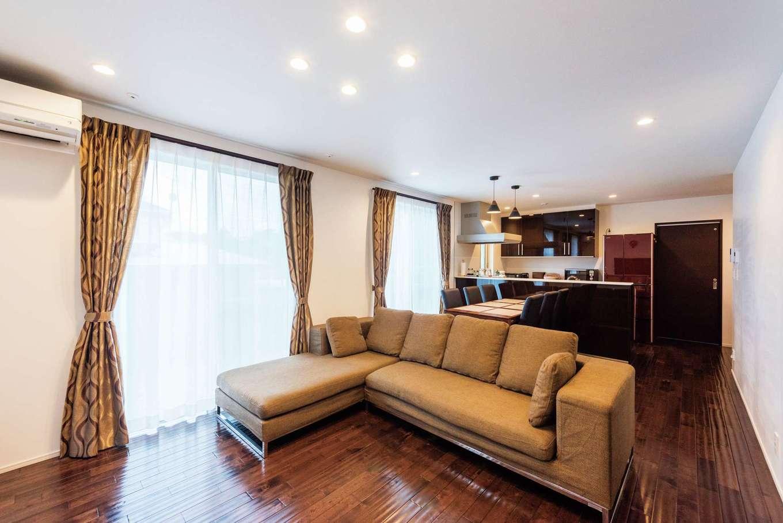 1階親世帯のLDK。子世帯と同じ自然素材を使っても、床と家具を変えただけでこんなに違う雰囲気になる。ソファ、ダイニングテーブルセット、AVボードは『納得』オリジナルのデザイナーズ家具