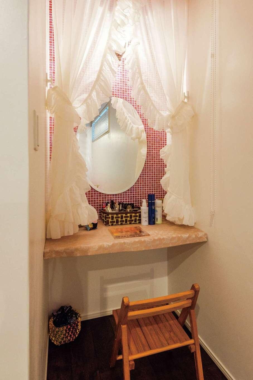 美容師の長女の部屋に造作したドレッサー。ピンク色のモザイクタイルを貼って華やかに