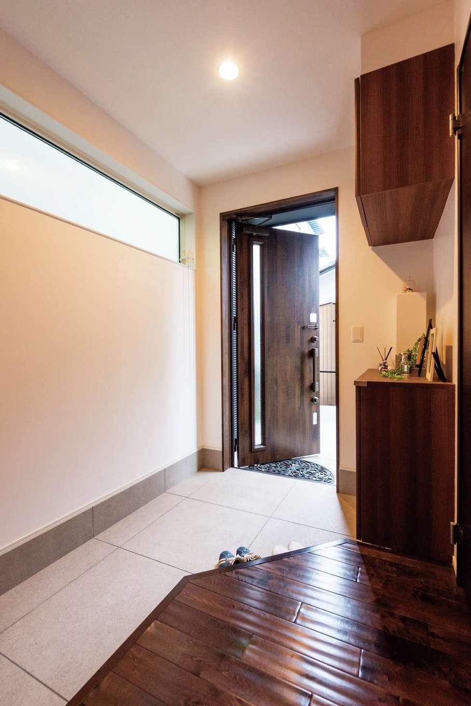 子世帯の玄関。框を斜めに切り、ハイサイドライトを採用したことで目線が抜け、圧迫感がない