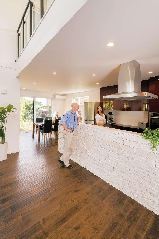 納得住宅工房【子育て、高級住宅、間取り】天然石を貼ったオリジナルキッチン