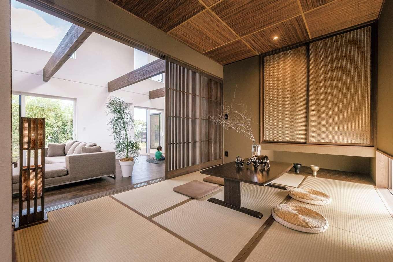 納得住宅工房【子育て、高級住宅、間取り】リビングと隣接した小上がりの和室。火山灰などの自然素材が魅せる豊かな風合いが特徴の薩摩中霧島壁が空気をきれいにしてくれる