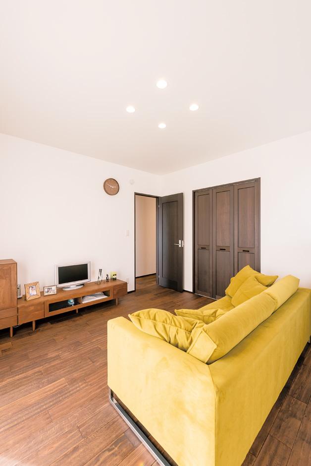 納得住宅工房|子世帯のリビング。微かな凹凸が気持ちいい無垢の床、建具、ソファは『納得』オリジナル