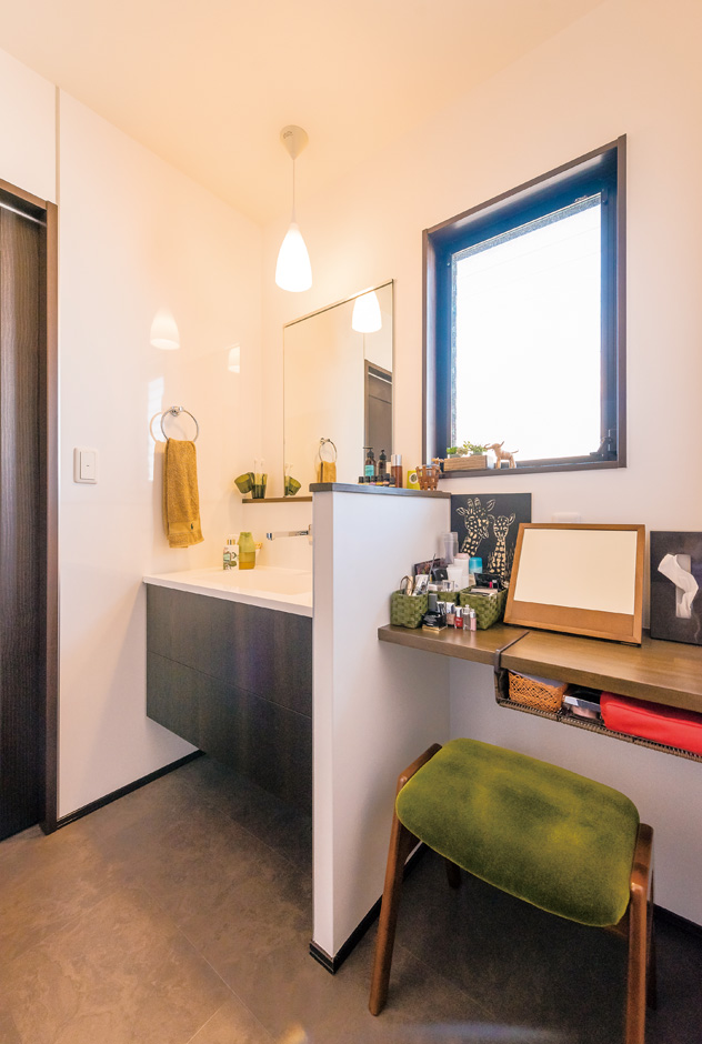 納得住宅工房|奥さまお気に入りの洗面台と化粧台が並ぶスペース